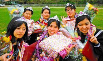 渡名喜中の卒業式後、最後の別れに感極まる中学3年生たち=渡名喜小中学校