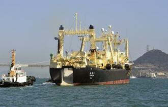下関港を出航する捕鯨母船「日新丸」=2月、山口県下関市
