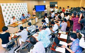 大勢の報道陣が詰め掛けた記者会見=9日午前、沖縄県庁