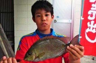 港川海岸で30.5センチのカーエーを釣った長田藍人さん=11月18日