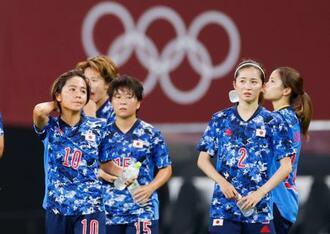 英国に敗れ、肩を落とす岩渕(左端)ら日本イレブン=札幌ドーム