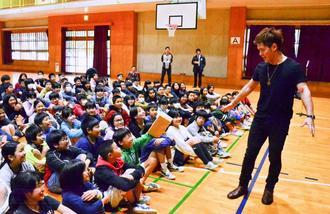 MASAさん(右)のマジックを楽しむ子どもたち=2日、糸満小学校