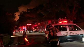 守礼の門前で公園内に入ろうと待機する消防車両=31日午前4時半、那覇市首里