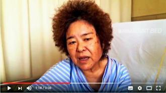 術後6日の病床でインタビューに答える石川真生さん(実行委員会提供)=9日