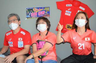 池原綾香選手を応援する左から父親の興信さん、母親の清美さん、妹の亜美さん=31日、都内のホテル