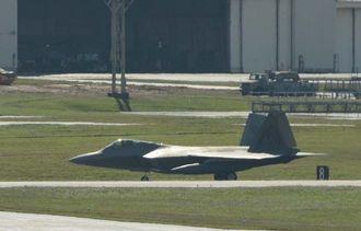 米軍嘉手納基地に飛来したF22=25日正午すぎ、同基地