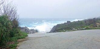 波が打ち付ける北大東村中野の北港=7日