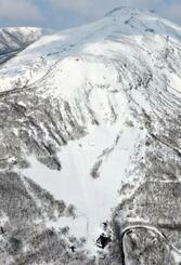 雪崩事故で8人が死亡した栃木県那須町のスキー場(下)。右上は茶臼岳=2017年3月