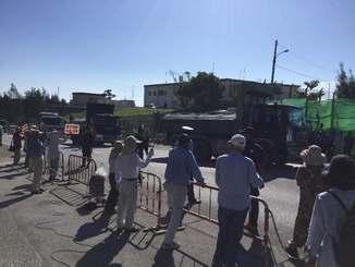 砕石などを積み、ゲート内に進入する大型トラック=20日午前9時10分ごろ、名護市辺野古・米軍キャンプ・シュワブゲート前