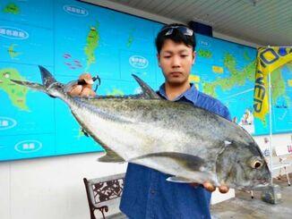 勝連海岸で68.7センチ、3.44キロのオニヒラアジを釣った高江洲直さん=18日