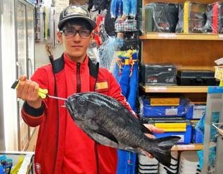 那覇一文字で47・3センチ2キロのマダラタルミを釣った嘉数空翔さん=11月21日