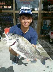 豊崎海岸で41センチ、1・01キロのミナミクロダイを釣った赤嶺輝さん=9月30日