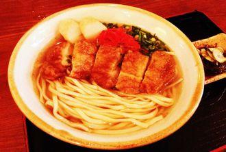 特製のタレで味付けし揚げた鶏肉と、かつおだしの効いたスープがよく合う鶏そば