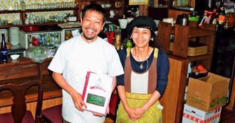 店長の瑞慶覧長由さん(左)と妻のちか子さん。2人の温かい接客も魅力の一つ