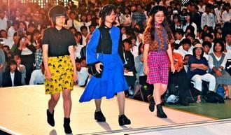 ファッションショーで個性あふれる衣装を披露する高校生=17日午後、浦添市民体育館(金城健太撮影)