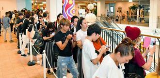 安室奈美恵さんの展覧会にはオープン前からファンが長い列をつくった=2日午前、沖縄市・プラザハウス(落合綾子撮影)