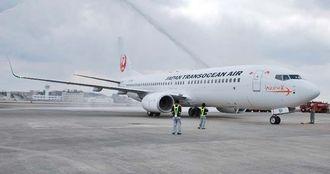 4日早く就航したJTAの新機材ボーイング737-800型機=1月24日、那覇空港