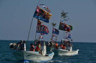 子どもたちも船に乗ってパレードし、1年の航海安全と大漁を祈願した=31日、うるま市与那城宮城島沖合