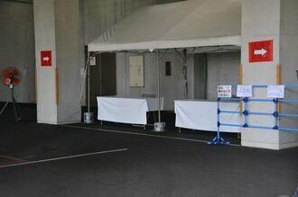 ドライブスルー式の浦添地区新型コロナウイルス検体採取センター=30日、浦添市仲間
