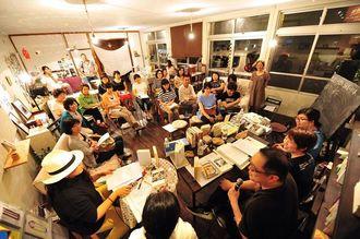 作家のマルセル・プルースト『失われた時を求めて』を課題図書に開かれた公開読書会=2015年7月25日午後、北中城村島袋・OMAR BOOKS