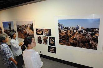 戦後70年の沖縄に向き合った14人の写真家の作品が並ぶ=16日午前、那覇市久茂地・那覇市民ギャラリー