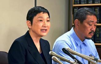 提訴後に記者会見する辛淑玉さん(左)=31日午後、東京・霞が関の司法記者クラブ