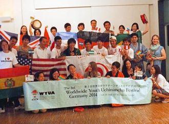 沖縄アイデンティティーや戦争体験の継承について議論を交わし、交流を深めた参加者=デュッセルドルフ市