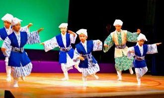 踊りに音楽と多彩な演目で盛り上がった川崎沖縄県人会創立90周年記念公演。子供たちの演舞に会場はわいた=25日、川崎市のサンピアン川崎