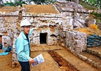 古墓群から出土した墓を説明する那覇市文化財課の内間靖主幹=21日、那覇市牧志