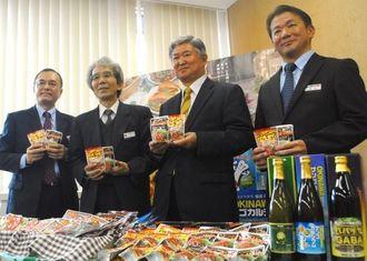 記者会見で香港での定番化を発表する沖縄ハム総合食品の長濱徳勝社長(右から2人目)と県物産公社の上里至社長(同3人目)=8日、県庁