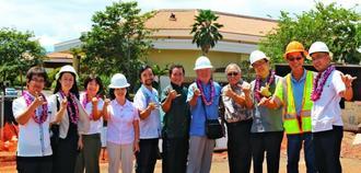ハワイ沖縄プラザの建設現場を視察する富川盛武副知事(右から5人目)ら=31日、オアフ島ワイパフ地区(ハワイ沖縄連合会提供)