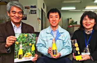 商品をPRする勝山シークヮーサーの池田安孝さん(中央)=6日、沖縄タイムス北部支社