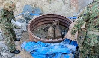 工事現場で見つかった2発の不発弾=16日午前8時すぎ、那覇市宇栄原