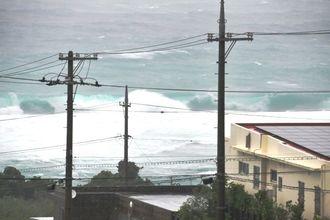 台風18号の影響で大しけとなった海上=13日午後2時40分ごろ、石垣市川平