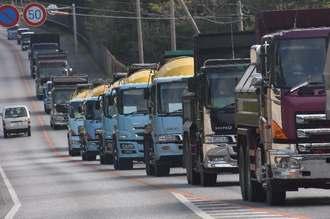 キャンプ・シュワブに入るため列をつくる工事車両=28日午前9時半前、名護市辺野古