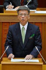 所信表明で辺野古反対を強調する翁長雄志知事=19日午前10時5分、県議会