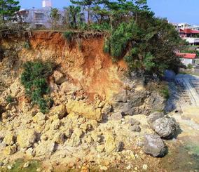 台風24号の後、崩れた海岸線=1日午後、読谷村渡具知