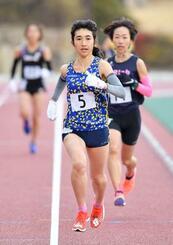 1万メートル 31分59秒89で優勝した田中希実(中央)=たけびしスタジアム京都