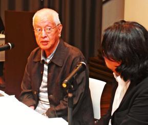 「沖縄はコンテンツの宝庫。世界に通用する作品を作ってほしい」と話す上原正三さん(左)。右は文京学院大学の公野勉教授=8日、那覇市松尾・八汐荘