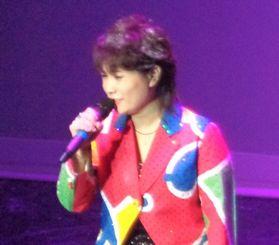 デビュー15周年記念コンサートで歌う大城バネサさん(リカルド・ホカマさん提供)