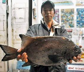11月24日、渡名喜沖で54センチ3.05キロのガラサーミーバイを釣った山城学さん