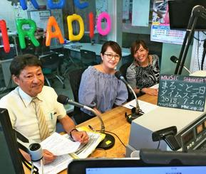 パーソナリティーの土方淨さん(左)、くだかまりさん(右)にデジタル報道について紹介するデジタル部の與那覇里子記者=2日、RBCiラジオ
