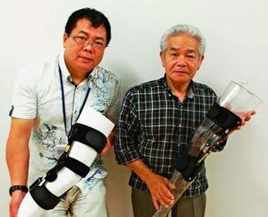 中国での販売を始めた佐喜眞義肢の佐喜眞社長(右)とシーサーの中山雄飛代表=19日、金武町・佐喜眞義肢本社