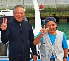 Vサインを出して引退宣言する謝名堂さん(左)と安里さん=24日、中城村浜漁港