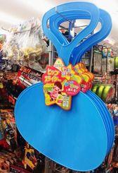 浦添大公園の滑り台で遊ぶ観光客の必携アイテムとなっている「ヒップスライダー」=19日、那覇市のザ・ダイソーマックスバリュ牧志店