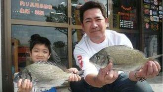 西崎海岸で38センチのチヌなどを釣った釣研FCの高野豪光さん(右)と翔矢君=1月27日