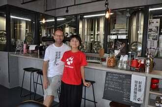 ドイツビールの魅力を発信したいと話すウォルフラム・オーピッツさん(左)と戸村由香さん=那覇市首里池端町のウォルフブロイ