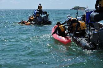 市民のカヌー牽引する海上保安庁のゴムボート(右)=27日午前10時15分ごろ、名護市辺野古沖