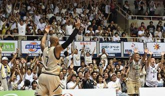 声援を求めるキングスのレイショーン・テリー選手に応じ、盛り上がる満員のブースター=7日、沖縄市体育館