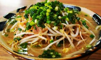 久米島そば店「やん小~」の「島味噌もやしそば」。山盛りになった惣慶もやしはこしが強く、みずみずしい=11月30日、同店